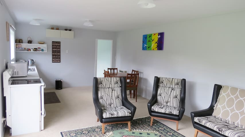 Lounge, kitchen area