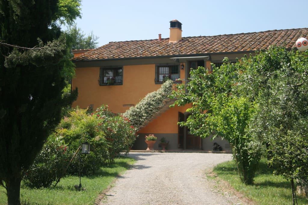 Vista della casa dall'entrata... / View of the house from the entrance...