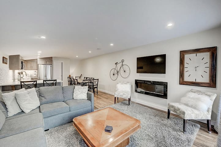 New Canmore Townhouse! Amazing views & walk to DT