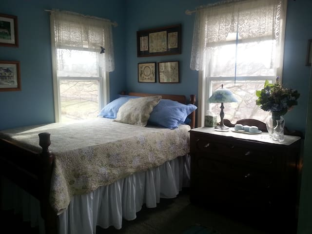 Historic Farmhouse Hydrangea Room - Monrovia - Haus