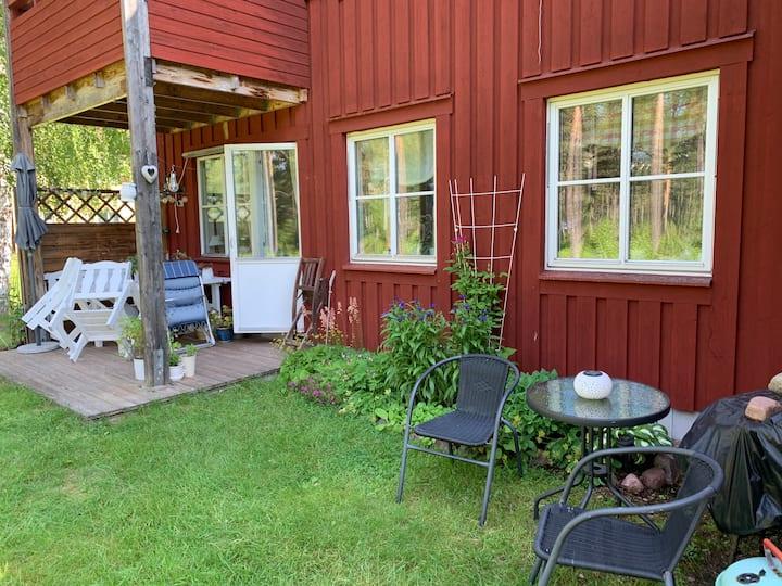 Lägenhet med uteplats, trädgård och nära skogen
