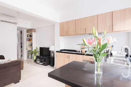 This fully equipped modern apartment is perfectly located in the trendy area of Sheung Wan and minutes walk from central, making it the perfect place to stay for small families, couples or solo travelers visiting Hong Kong.