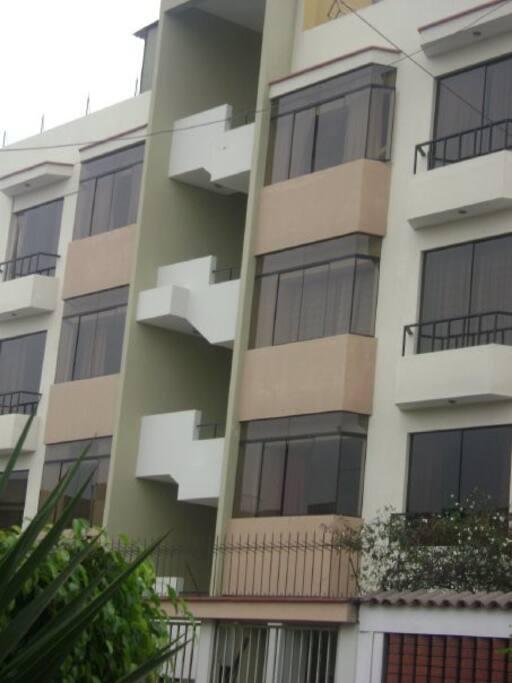 Fachada del edificio, estamos en el primer piso. condominio seguro dentro de rejas, con personal  y cámaras  las 24 horas.