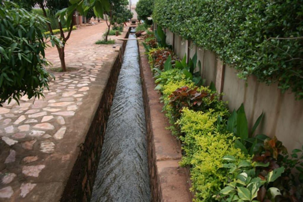 Devant la maison l'eau coule  vers le fleuve