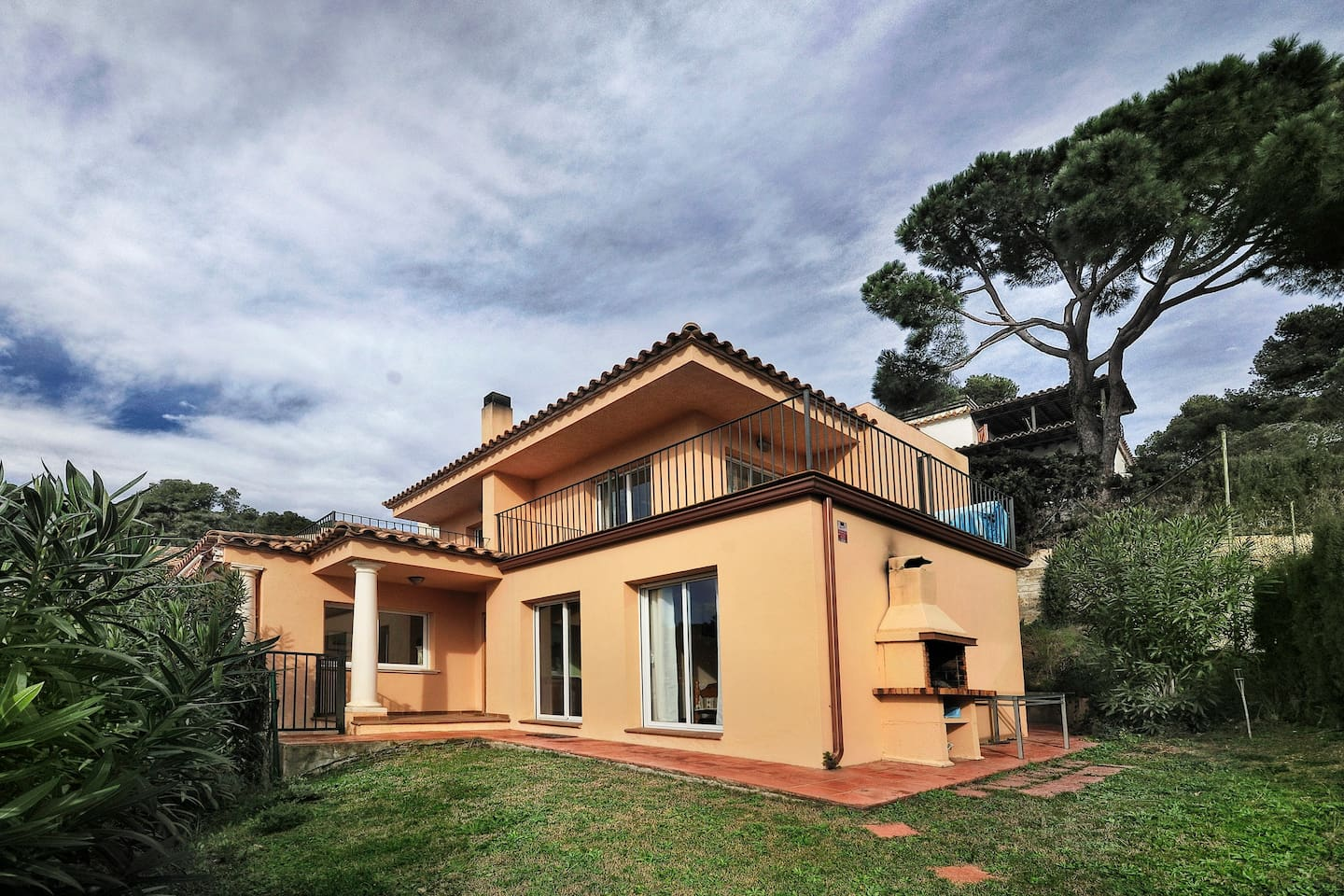 Modern independent and comfortable villa for 6 people with sea views and 400 m to the beach