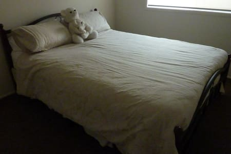 2nd Private Queen Bed inFamily Home - Albion Park