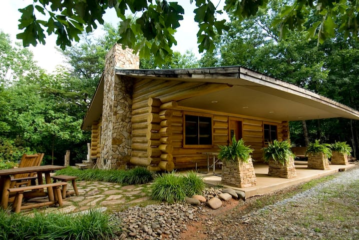 Erikas Dream - Handcrafted Log Cabin near River