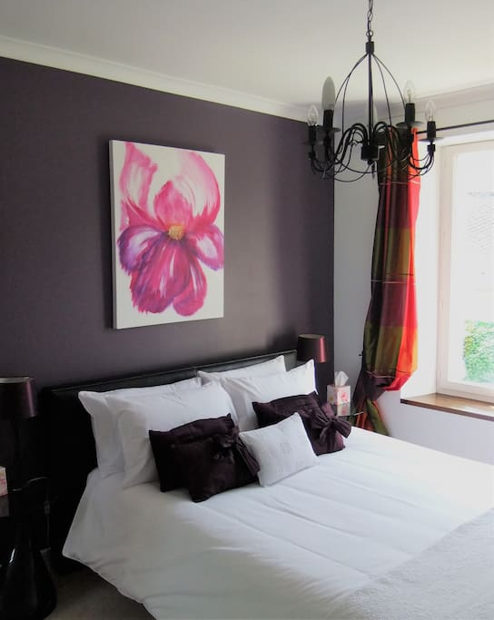 En suite deluxe king size room with cable TV and free WiFi