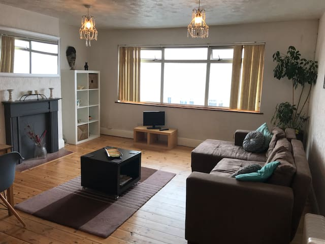 Sunny, Spacious flat 5min to beach & near Brighton