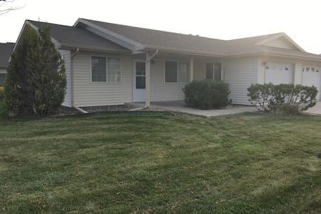 Beautiful duplex directly off I-70 - Burlington - Rekkehus