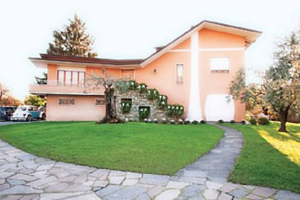 La casa di fronte - The front of the house