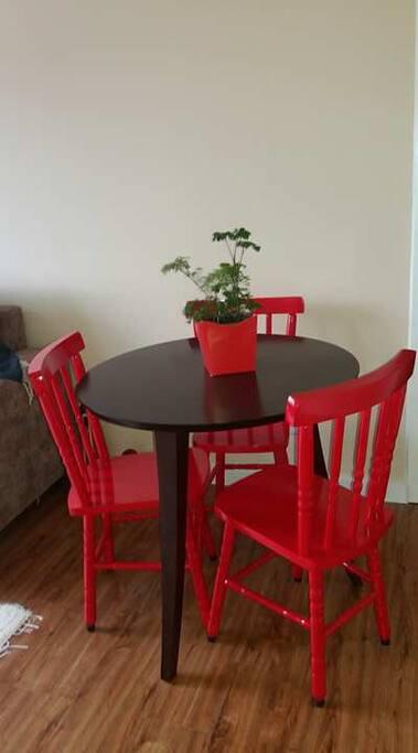 Mesa para refeições e trabalho