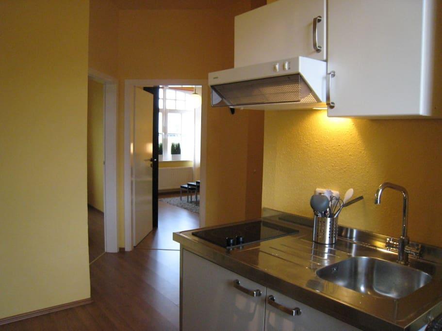 Küche mit Blick in den Wohnraum in der Villa am Park