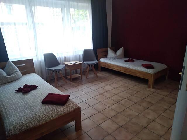 Zimmer 7 · Innenstadt, eigenes Bad, WLAN, Messe