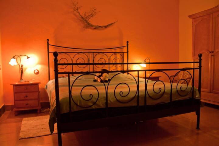 Una ámplia habitación donde podrá descansar y relajarse.