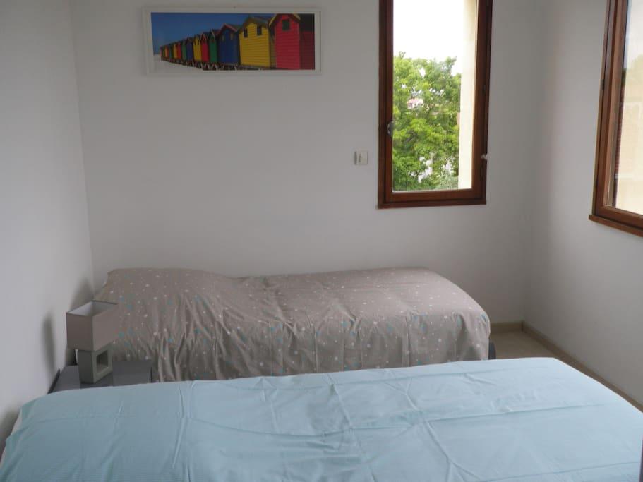 Chambre 2 avec 2 lits simple 90 et une commode