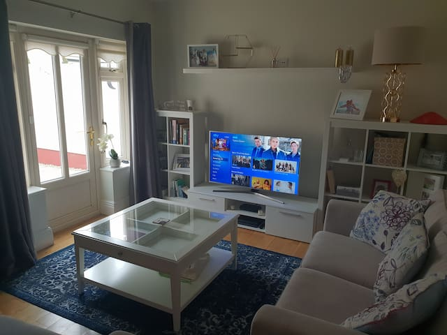 2 Living Rooms with TV and Internet