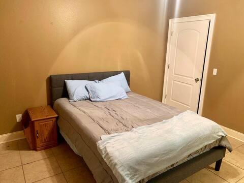 Quiet, private, 1st level room on Lk. Guntersville