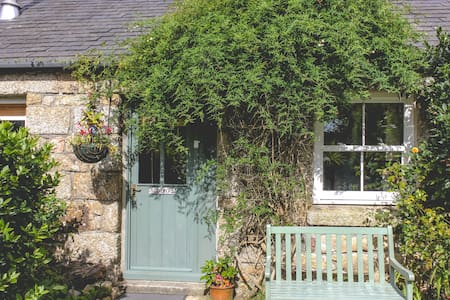 Cozy, Quaint Cottage in St Ives, with parking : )