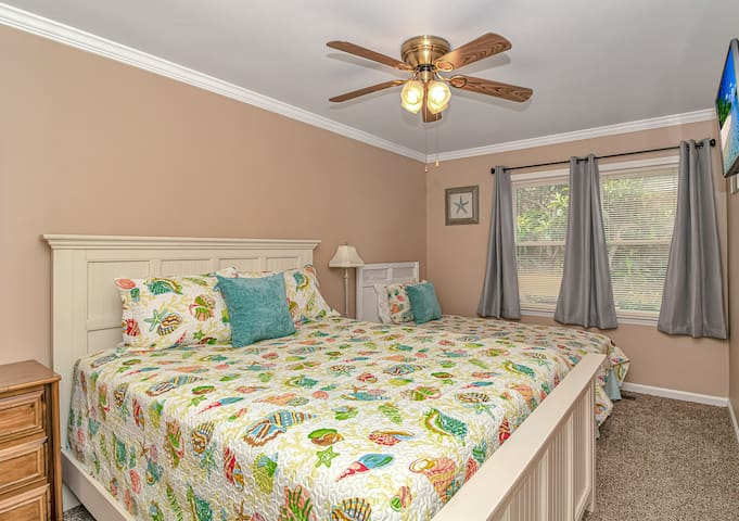 Upstairs 3rd bedroom with one queen and one twin