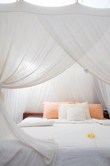 天蓋付お姫様ベッドと窓の網戸で安心してお休み頂けます♡