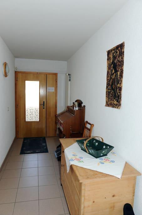 Porte d'entrée indépendante et couloir menant à l'appartement AirBnB.