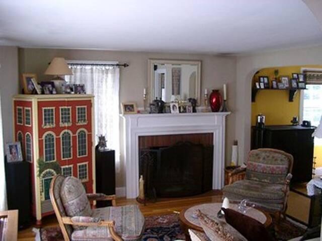 Charming New England Cape Home - Waltham - Casa