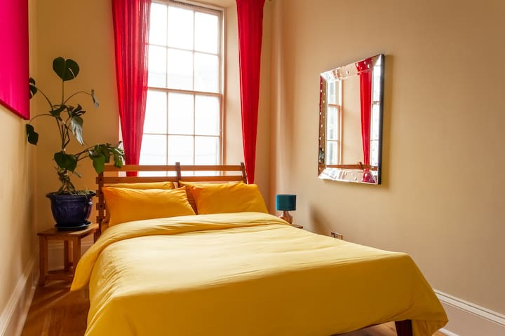 Colourful sunny room in the heart of New Town
