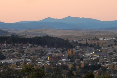 Cosy rural cottage, great views, 3 mins to Cooma.