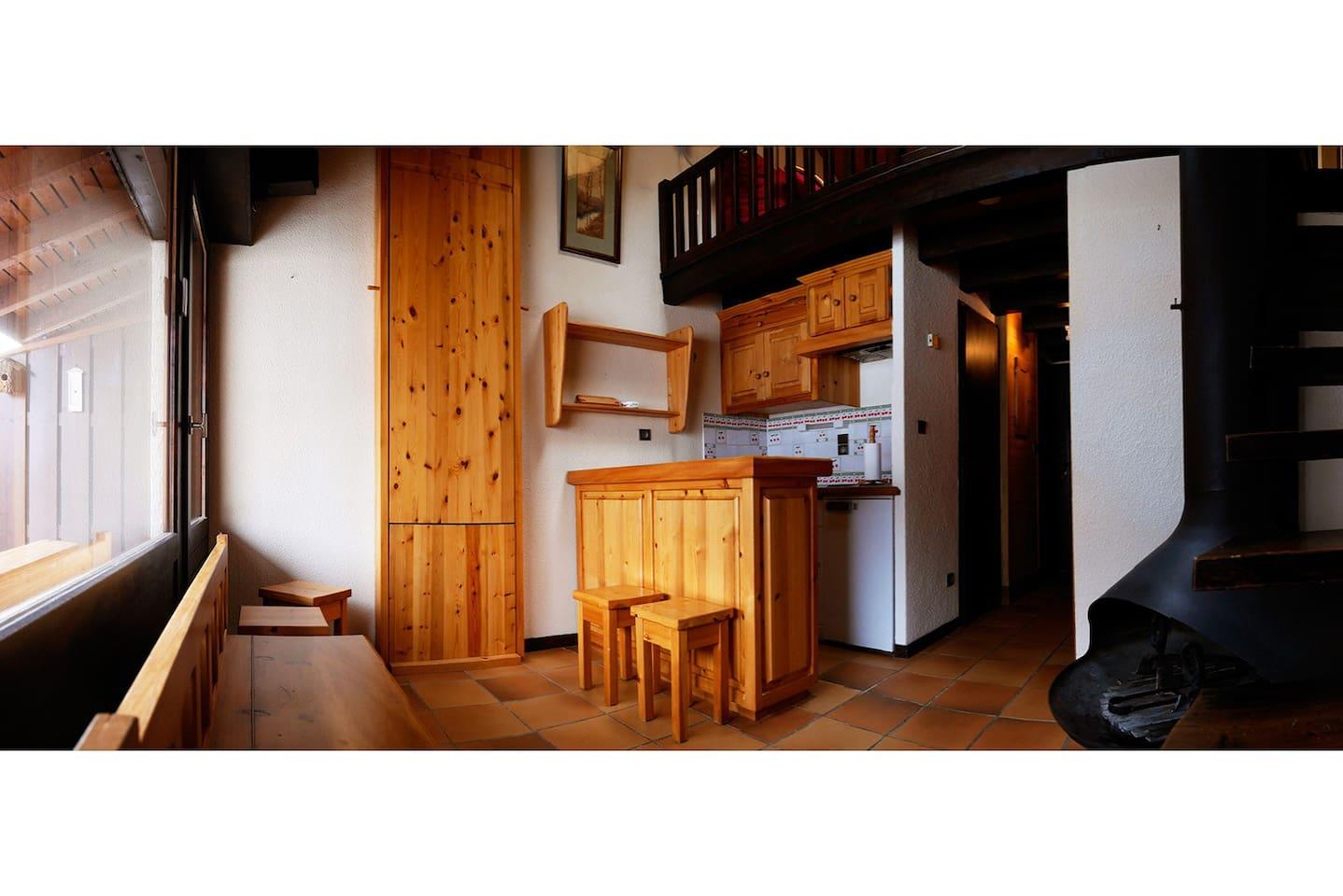 La table repliée contre le mur permet de dégager l'espace séjour-cuisine