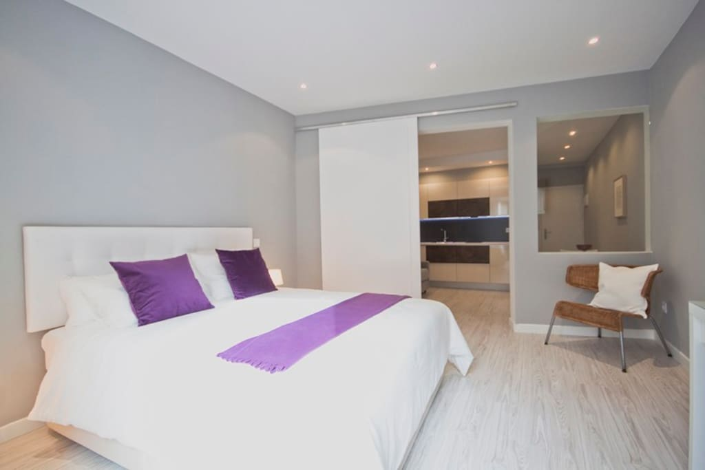 Bedroom with a double bed (king size), a TV, a closet and a desk