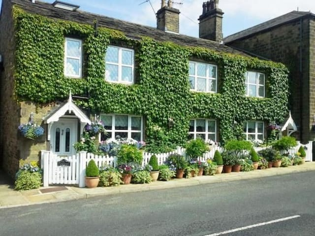Stunning 5* Character Cottage in Bronte Country!
