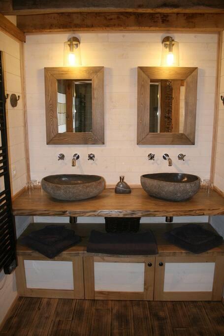 Salle de bains avec deux vasques et double douche