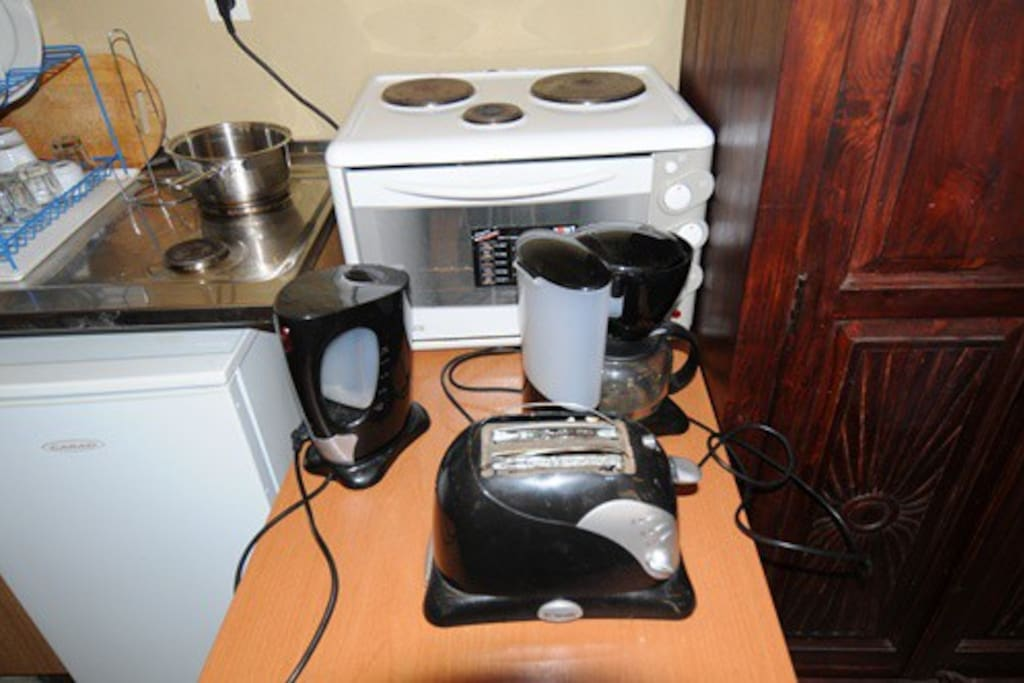 Toaster, kettler, coffe-maker, oven, pan & more!