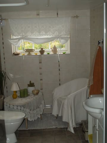 The bathroom with floor heating and dimmed lights welcome you to relax after a shower