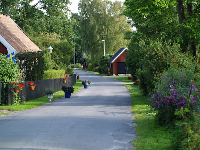The idyllic Bodavägen leading down to the harbour