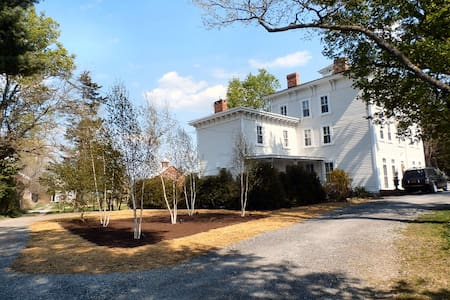 Hudson - historic mansion - FREE WIFI - 2BR suite - Hudson - House