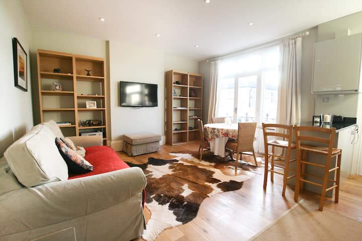 Fabulous sunny flat with park views