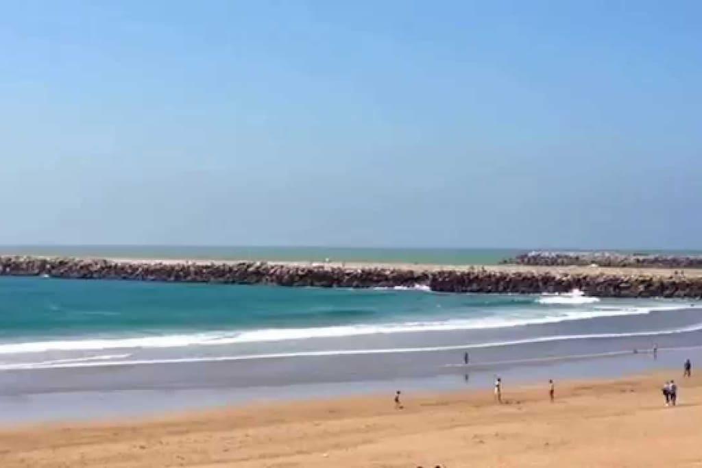 En famille ou avec des amis ! A 3 Kms, Mehdia offre une magnifique  plage qui s'étend sur plusieurs kms, l'océan Atlantique y offre ses plus belles vagues faisant de l'endroit une bonne destination pour les amoureux du surf.Pour les  enfants la possibilité de faire de belles balades  à cheval ou en poney sur la plage, de se restaurer avec les vendeurs de glaces et donuts qui arpentent la plage, mais tout ça avec modération... Les enfants vont apprécier surtout les vagues. Possibilité de prendre des cours de surf.On peut y déguster du bon poisson et des beignets chaud. Profitez-en pour visiter la Kasbah (+ de 2000 ans d'histoire) qui surplombe le port, le gardien pourra vous faire une visite et vous compter l'histoire de cette Kasbah. Admirer la vue avec l'embouchure du Sebou, l'Océan atlantique et le lac de Sidi Boughaba!  C'est beau en toutes saisons !