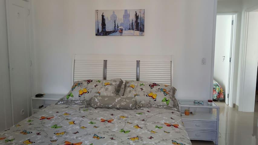 quarto com cama de casal mais uma bicama e ar condicionado  e TV