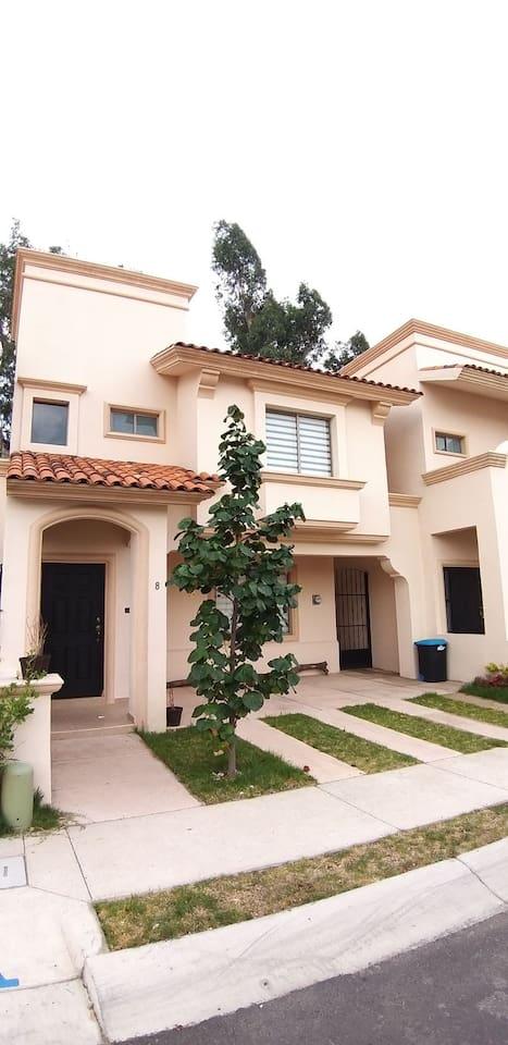 Casa habitacion hasta para 8 personas, ambiente tranquilo y acogedor, cuanta con todos los servicios y estacionaliento hasta para 3 vehiculos. Areas verdes y alberca en terraza comun.