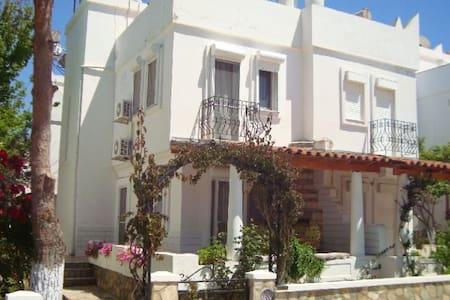 Traditional Whitewash Seaside Villa - ディディム