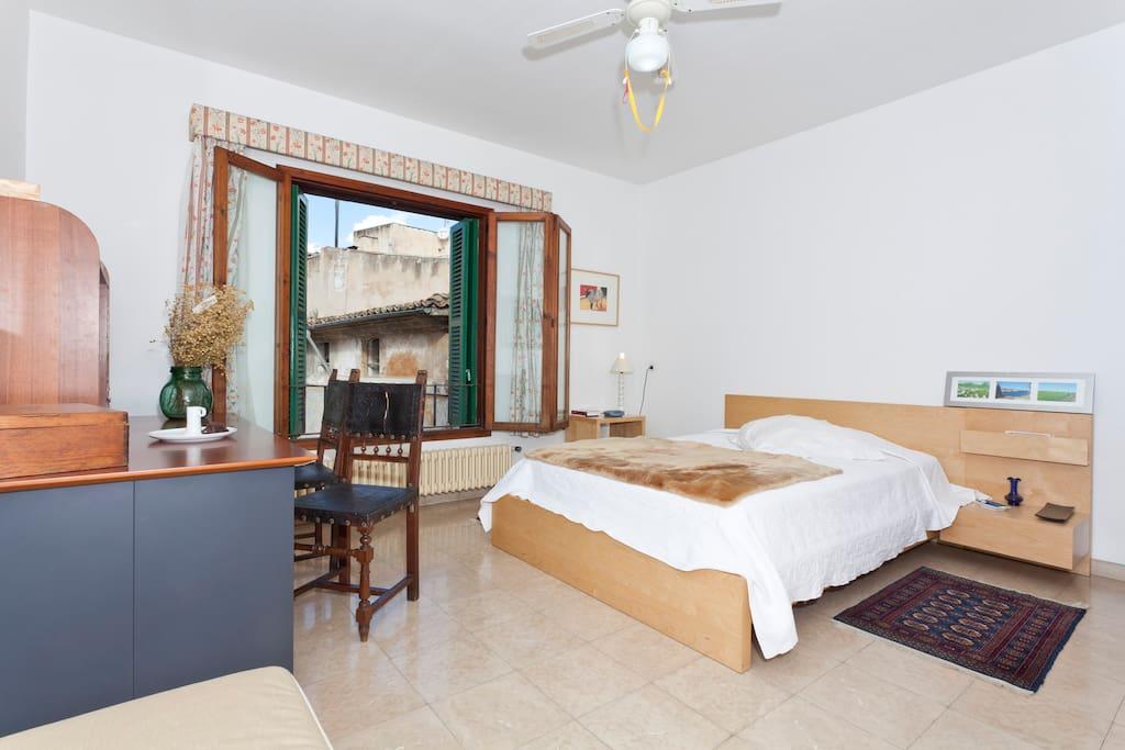 C moda habitaci n vistas catedral apartamentos en - Comoda habitacion ...