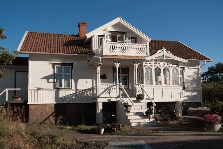 Gladers mysiga hus med tillgång till privat sjöbod