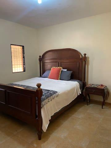 Master bedroom with full bathroom. Habitación principal con su baño.