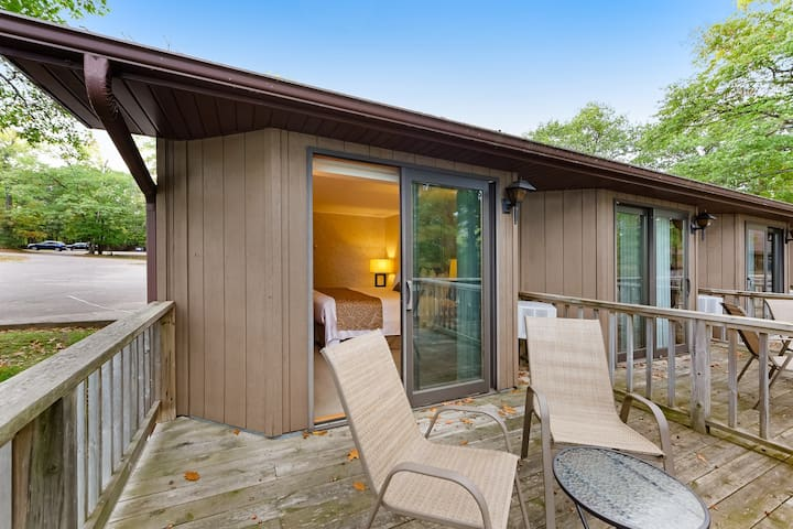 Dog-friendly studio w/ private deck, lake views & shared tennis/boat docks!