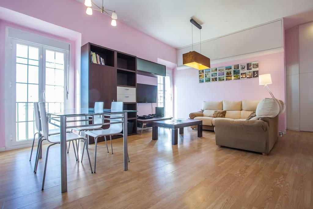 Salón principal, mesa de comedor y sillón esquinero