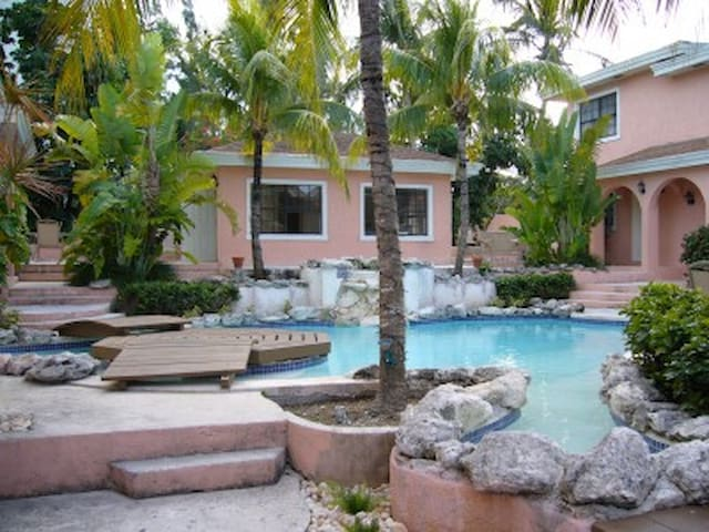PERFECTLY LOCATED CONDO - PARADISE ISLAND, BAHAMAS - Nassau