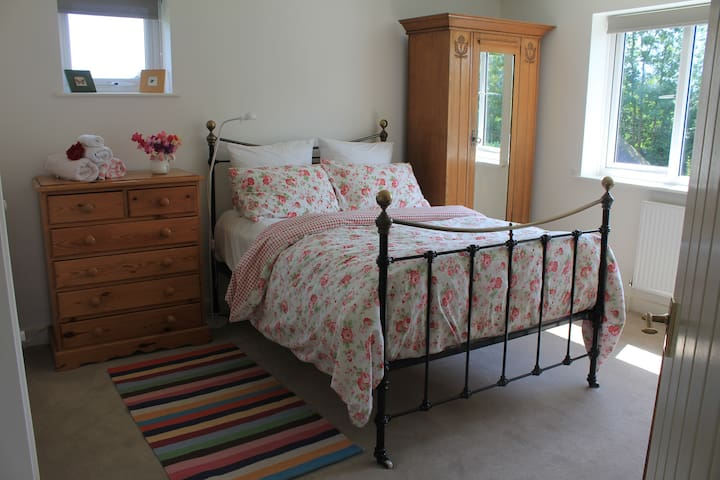 Double bedroom & guest bathroom near Uttoxeter. - Marchington