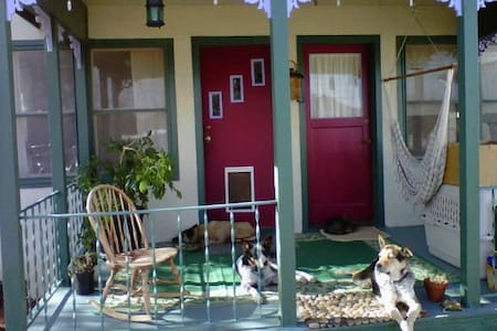 Sweet Organic Pet-Friendly Getaway (Haunted!) :) - House